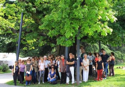 """Passeggiata d'autore a Milano - Giornata """"L'alber de Milan"""", 12 maggio 2012 - I partecipanti sotto le fronde della grande quercia rossa dei Giardini pubblici Montanelli"""