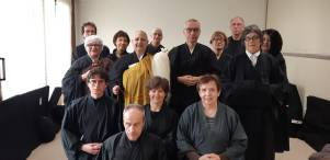 La monaca Emanuela Dosan Losi al centro di un gruppo di praticanti.
